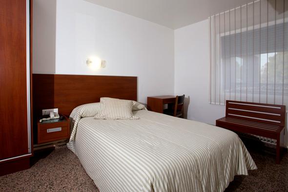 http://www.marivella.com/wp-content/uploads/2016/12/habitacion-individual-alojamiento.jpg